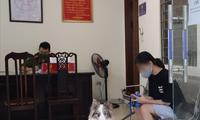 Dắt chó đi dạo trong ngày đầu Hà Nội thực hiện cách ly xã hội, cô gái bị phạt 2 triệu đồng