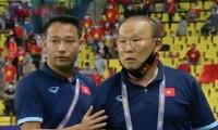 HLV Park không bắt tay HLV đội bạn sau trận thua: Dân mạng tranh cãi về sự chuyên nghiệp