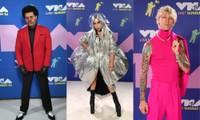 Dàn sao làm lố trên thảm đỏ VMAs 2020: Lady Gaga đội bể cá, The Weeknd bị đánh?