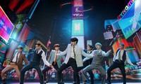 """SUGA, V """"khóc nhè"""", BTS """"mượn"""" Billboard tặng Jungkook quà sinh nhật siêu to khổng lồ"""