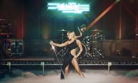 Trang phục tôn dáng của NTK Công Trí giúp Miley Cyrus khoe trọn đường cong quyến rũ