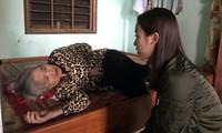 Hoa hậu Tiểu Vy, Mỹ Linh thăm hỏi và trao tiền ủng hộ tận tay đồng bào miền Trung