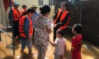 Hoa hậu Đỗ Mỹ Linh lội nước lũ tới nhiều hộ dân ở Lệ Thủy, Quảng Bình để tiếp tục cứu trợ