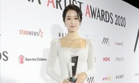 Xuất hiện trên thảm đỏ AAA 2020 với mẫu váy phong cách cô dâu, Seo Ye Ji bị chê nhạt nhòa