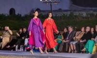 Hoa hậu Đỗ Thị Hà, Lương Thùy Linh mặc áo yếm, tự tin catwalk giữa thời tiết dưới 10 độ