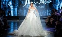 """Hoa hậu Tiểu Vy mặc váy cô dâu, đội vương miện như """"nữ hoàng"""" làm vedette show thời trang"""