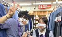 """Cửa hàng Nhật Bản in hẳn nụ cười lên khẩu trang nhân viên, khách muốn """"quạu"""" cũng không nỡ"""