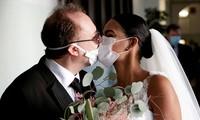 Nụ hôn qua lớp khẩu trang của cặp đôi Italy cùng lễ cưới không khách mời mùa dịch COVID-19