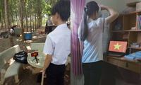 Học online ở nhà, teen Bình Phước vẫn đồng phục chỉnh tề, chào cờ trực tuyến