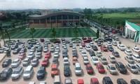 Hàng trăm ô tô đỗ kín cả sân trường trong buổi họp phụ huynh học sinh tại Thái Nguyên