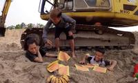 """Con trai Bà Tân Vlog bị """"ném đá"""" vì lại bày trò câu view thắp nhang cúng vái em gái"""