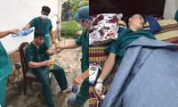 Xót xa hình ảnh các y, bác sĩ tại Đà Nẵng làm việc tới kiệt sức phải truyền nước