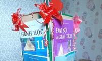 """Lồng đèn Trung Thu gây """"ám ảnh"""" nhất: Chất liệu làm bằng... sách giáo khoa!"""