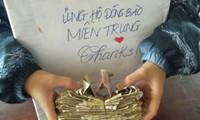 Lớp học góp tiền ăn sáng để ủng hộ miền Trung: Một miếng khi đói bằng một gói khi no