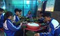 Nghệ An: Teen cùng thầy cô thức trắng đêm gói bánh chưng cứu trợ đồng bào miền Trung
