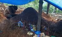 Hình ảnh đau xót: Nữ sinh lớp 11 ở Trà Leng gục khóc bên mộ của cha mẹ sau vụ sạt lở