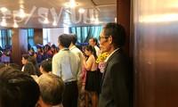 Xúc động hình ảnh người cha lặng lẽ đứng cuối hội trường, dõi theo lễ tốt nghiệp của con