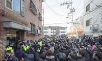 Nhiều người dân Hàn Quốc tìm đến tận nhà tên Cho Doo Soon để đập phá, gây náo loạn