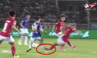 Hùng Dũng bị phạm lỗi kinh hoàng khiến thầy Park lao xuống sân, ai xem clip cũng rùng mình