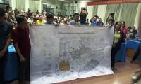 Cử tri trưng ra bản đồ Thủ Thiêm 1/10.000 với các đại biểu Quốc hội để chứng minh đất của họ không thuộc phạm vi giải tỏa.