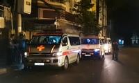 Ba xe cứu thương được chuẩn bị để chở thi thể các nạn nhân về gia đình lo hậu sự