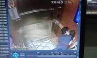 Người đàn ông sàm sỡ bé gái trong thang máy bị camera ghi lại.