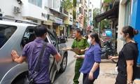 Lực lượng chức năng khám xét và bắt hai lãnh đạo của công ty.