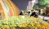 Thâu đêm thi công đường hoa Nguyễn Huệ phục vụ tết Nguyên đán