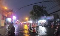 Đường phố Sài Gòn ngập kinh hoàng sau cơn mưa lớn, người dân vật lộn về nhà