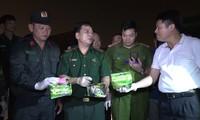 Lực lượng chức năng phong toả khu vực kiểm tra container chứa ma tuý.