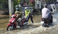 Người dân TP.Thủ Đức bì bõm lội nước dù trời nắng chang chang