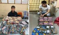 Hai thanh niên buôn bán pháo nổ trái phép bị bắt.