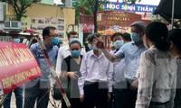 Thứ trưởng Bộ Y tế thị sát khu phong tỏa cách ly chống COVID-19 ở TPHCM