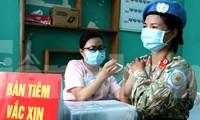 Chiến sĩ 'mũ nồi xanh' tiêm vắc xin COVID-19 trước khi lên đường làm nhiệm vụ