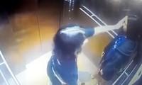 Hai cô gái cầm ván trượt patin đi từ ngoài chung cư vào thang máy.