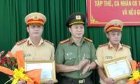 Hai chiến sĩ CSGT có hành động đẹp được tuyên dương.