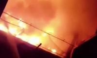 Cận cảnh cháy ngùn ngụt tại bãi giữ xe của CSGT thành phố Thủ Đức