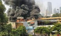 Khói lửa bốc lên nghi ngút từ vụ cháy.