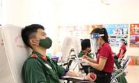 """Sáng 29/7, trường Sỹ quan Kỹ thuật Quân sự ở quận Gò Vấp, TPHCM và Bệnh viện Quân y 175 phối hợp tổ chức Lễ phát động Phong trào hiến máu tình nguyện năm 2021 với chủ đề """"Chung tay đẩy lùi dịch bệnh COVID-19""""."""