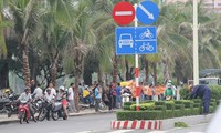 Người mua nhà căng băng rôn đòi nhà Cty Hoàng Quân tại trụ sở UBND tỉnh Khánh Hoà (Ảnh Lao động)