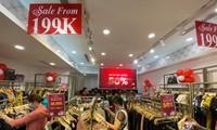 Nhiều cửa hàng thời trang giảm giá mạnh dịp 11/11.