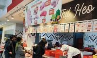 GIá thịt lợn siêu thi đang rẻ hơn chợ truyền thống thu hút người dân đến mua.