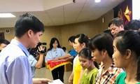Ông Ngọ Duy Hiểu, Phó Chủ tịch Tổng Liên đoàn lao động VN, Chủ tịch Công Đoàn viên chức VN trao quà cho công đoàn hoàn cảnh khó khăn. Ảnh: Minh Tuấn