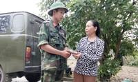 Chiến sỹ trẻ Hồ Quang Bát trả lại vật rơi cho người dân.