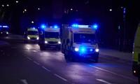 Xe cấp cứu có mặt bên ngoài sân vận động Manchester Arena sau khi xảy ra vụ đánh bom tối 22/5. Ảnh: The Guardian