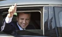 Tổng thống Emmanuel Macron rời nhà đến điểm bỏ phiếu hôm qua, 18/6. Ảnh: AFP