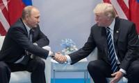"""Tổng thống Putin và Tổng thống Trump bắt tay trong cuộc gặp với báo giới trước thềm cuộc họp được cho là có khả năng """"định hình thế giới"""". Ảnh: Sputnik"""