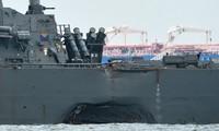 Tàu khu trục USS John S. McCain thủng một lỗ lớn trên thân sau vụ va chạm. Ảnh: AFP