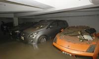 Siêu xe Lamborghini ngập trong rác thải, bùn đất và nước biển tại hầm đỗ xe của khu chung cư Heng Fa Chuen. Ảnh: SMCP.