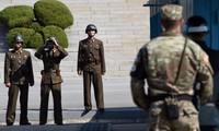 Binh sĩ Triều Tiên nhìn về phía Nam khi Bộ trưởng Quốc phòng Mỹ James Mattis và Bộ trưởng Quốc phòng Hàn Quốc Song Young-moo thăm làng đình chiến Bàn Môn Điếm hôm thứ Năm, 26/10. Ảnh: AFP